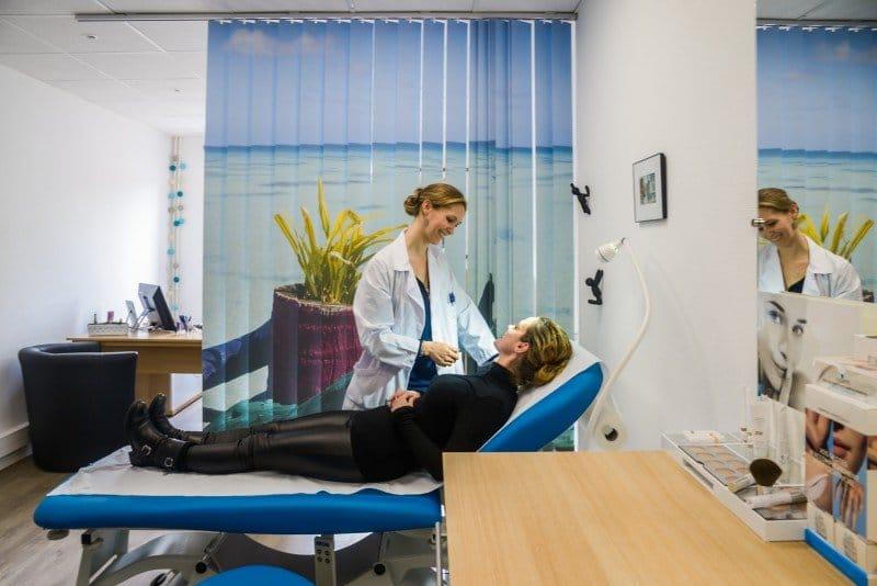Consultation de chirurgie et médecine esthétique au cabinet du Dr La Marca Chirurgien plasticien à Ecully et Roanne