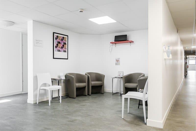 salle d'attente du cabinet du dr la marca chirugien plasticien à la clinique du renaison à Roanne
